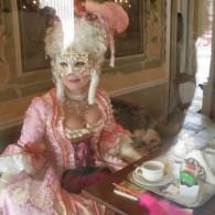 Rokoko Dame im Café