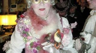 ältere Dame mit Vogel